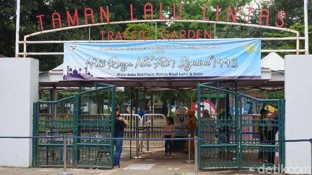 Kunjungan wisatawan ke Taman Lalu Lintas Ade Irma Suryani Nasution diprediksi akan meningkat saat libur lebaran berlangsung. Taman Lalu Lintas ini memiliki wahana berwisata bagi anak-anak di ruang terbuka.