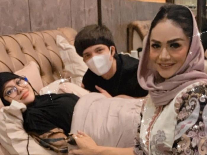 Gaya hijab Aurel Hermansyah.