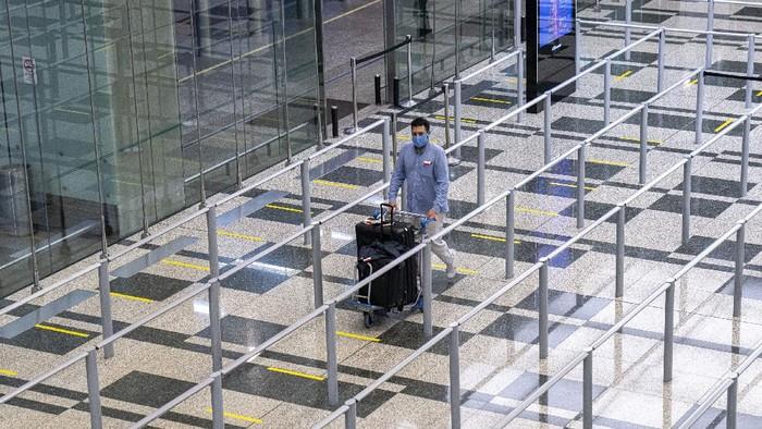 Bandara Changi menjadi klaster COVID-19 terbesar di Singapura. Pada Kamis (13/5) kemarin, total ada 46 kasus COVID-19 yang berasal dari klaster Bandara Changi.