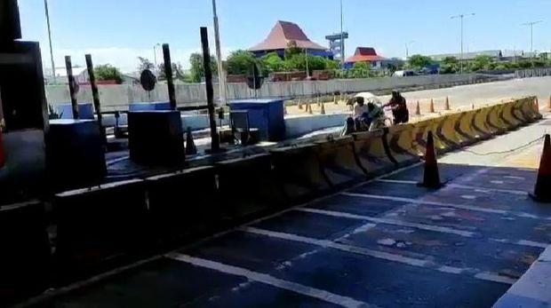 Becak Masuk Tol Surabaya-Gresik