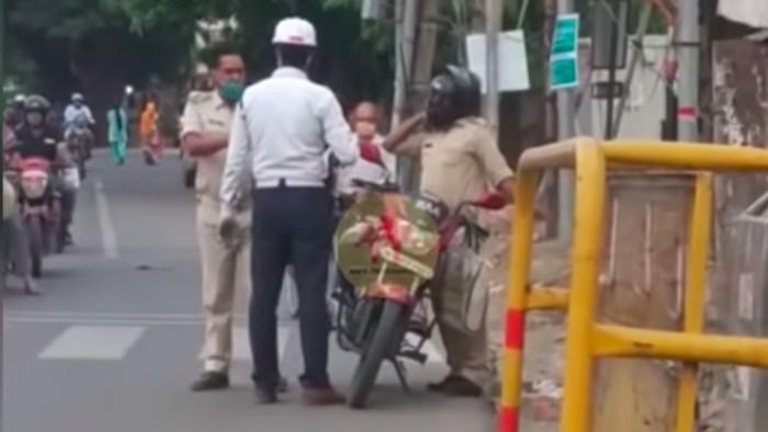 catatan pengendara polisi tidak mengenakan helm langsung adu jotos.