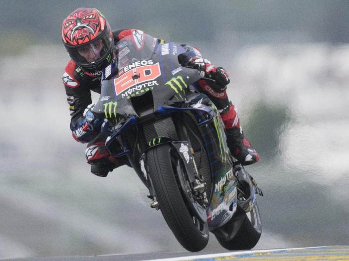 LE MANS, FRANCE - MAY 14: Fabio Quartararo of France and Monster Energy Yamaha MotoGP Team rounds the bend during the MotoGP of France - Practice at  on May 14, 2021 in Le Mans, France. (Photo by Mirco Lazzari gp/Getty Images)