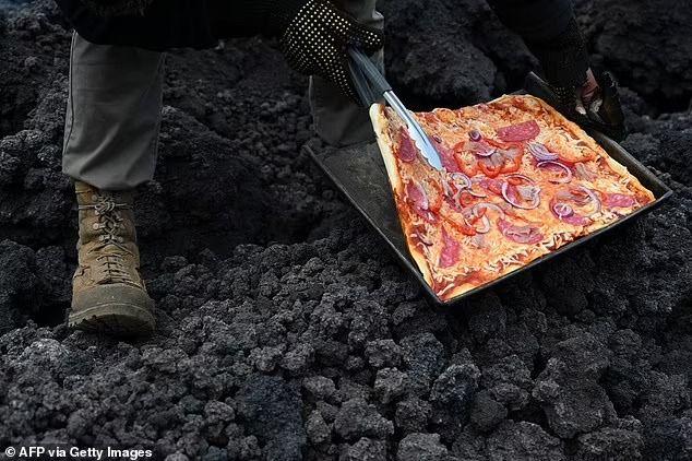 Gokil! Pria Ini Panggang Pizza di Atas Gunung Berapi