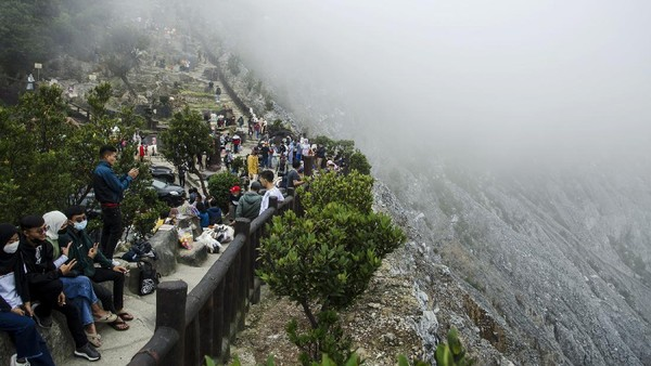 Wisatawan dari sejumlah daerah memadati kawasan wisata alam Tangkuban Parahu untuk mengisi libur hari ketiga Idul Fitri 1442 Hijriah.