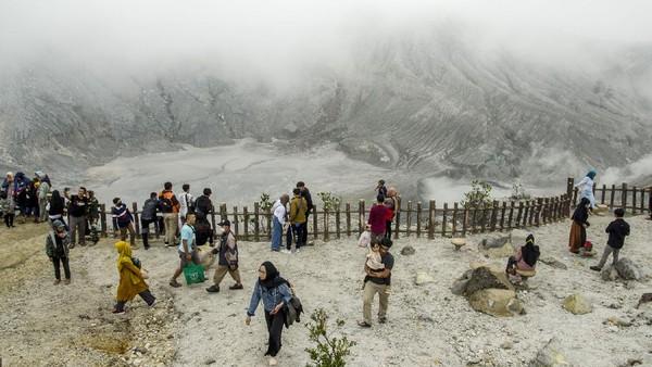 Objek wisata yang berada di perbatasan Lembang dan Subang itu menawarkan suasana sejuk, pemandangan ciamik, dan bau belerang dari kawah yang ada di area gunung.
