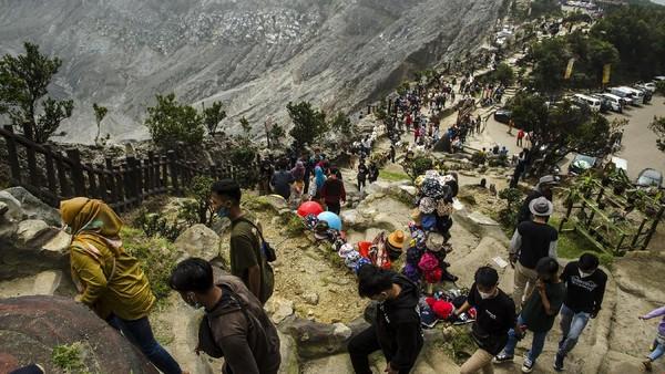 Warga berwisata di area Kawah Ratu Taman Wisata Alam Gunung Tangkuban Parahu, Subang, Jawa Barat, Sabtu (15/5/2021).