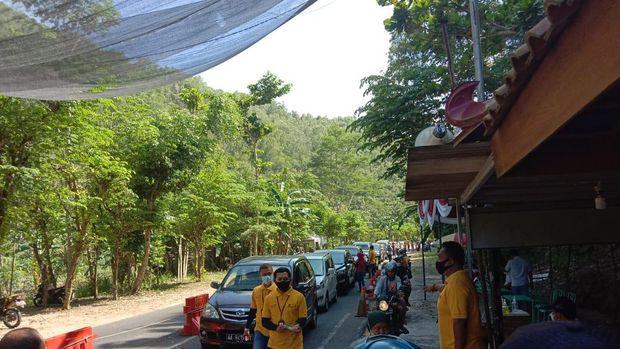 Dinas Pariwisata (Dispar) Kabupaten Gunungkidul mencatat di hari kedua lebaran ini ada belasan ribu wisatawan yang berkunjung ke kawasan pantai Gunungkidul. Pasalnya Dispar menargetkan 108.916 kunjungan wisata selama libur lebaran.