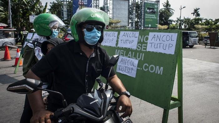 Sejumlah warga yang akan berwisata tertahan di kawasan pintu masuk Ancol Taman Impian, Jakarta, Sabtu (15/5/2021). Pengelola Ancol Taman Impian menutup seluruh area rekreasi dan wisata Pantai Ancol selama satu hari pada Sabtu (15/5) untuk dilakukan penyemprotan disinfektan dan evaluasi penguatan protokol kesehatan. ANTARA FOTO/Aprillio Akbar/wsj.