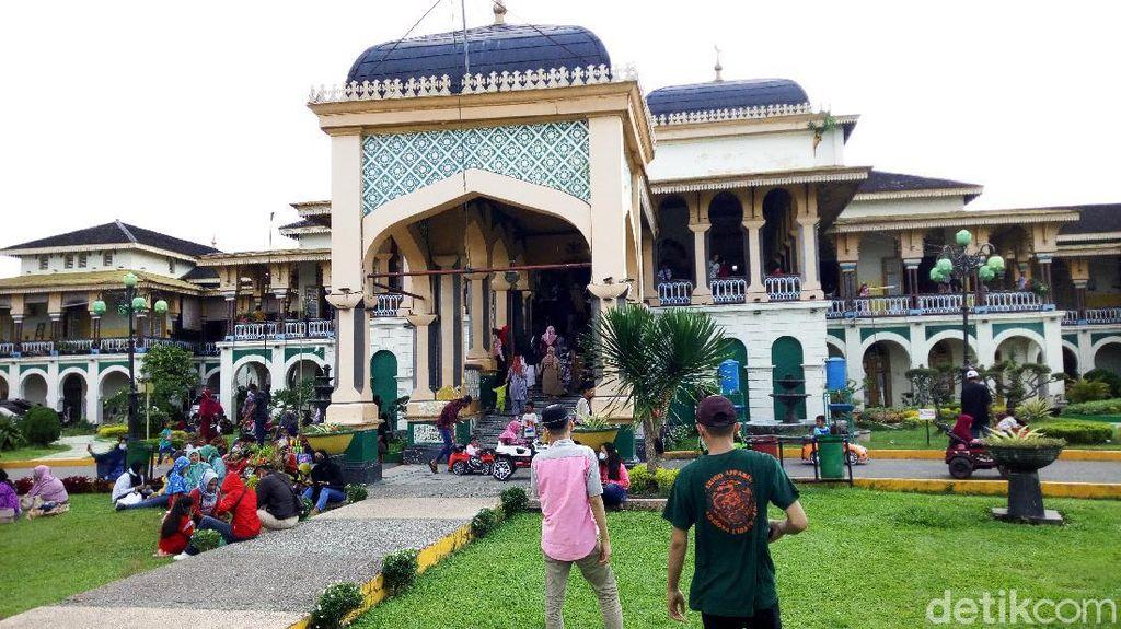 Libur Lebaran, Istana Maimun Medan Ramai Dikunjungi Warga