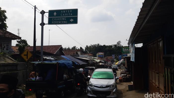 Jalan alternatif menuju Pantai Anyer macet sepanjang 10 km
