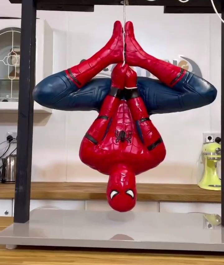 Keren! Wanita Ini Berhasil Buat Kue Spiderman yang Bergantung Terbalik