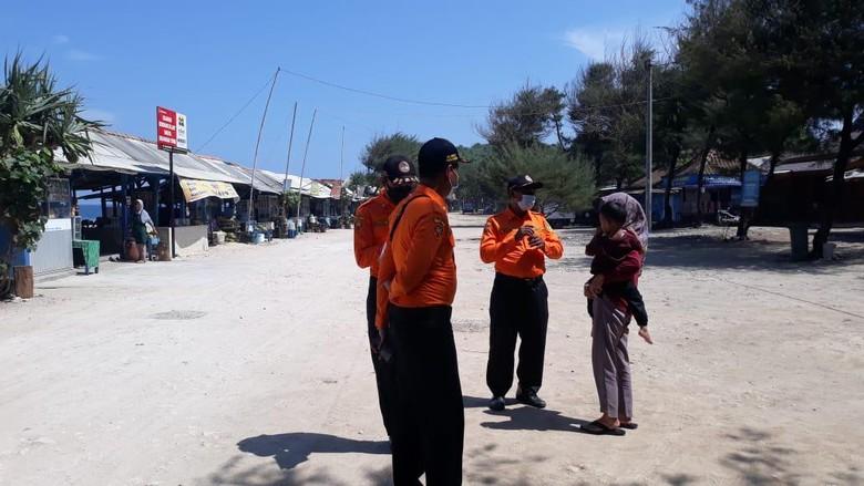 Sejumlah wisatawan yang tengah berkunjung ke kawasan Pantai Selatan Kabupaten Gunungkidul terjaring razia penggunaan masker. Sebagian besar yang terjaring wisatawan lokal dan bagi yang terjaring razia diberikan edukasi dan masker gratis.