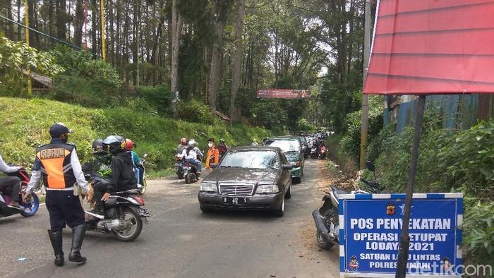 Mobil luar Bandung Raya diputar balik di Lembang