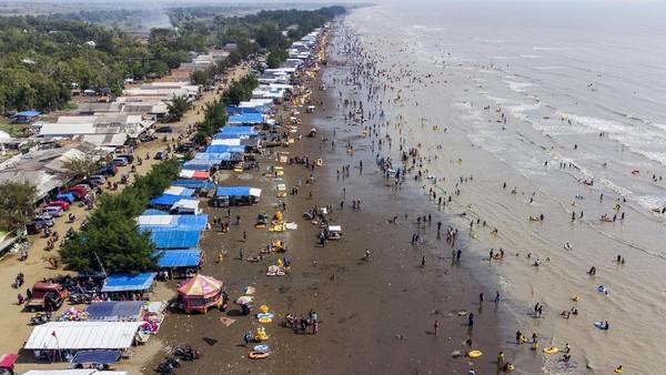 Foto udara wisatawan mengunjungi Pantai Tanjung Pakis di Desa Pakis Jaya, Karawang, Jawa Barat, Sabtu (15/5/2021).