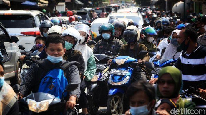 Petugas Polri dibantu TNI dan pemerintah Kabupaten menjaga akses jalan menuju tempat wisata pantai Tanjung Pasir, Kabupaten Tangerang, Banten, Sabtu (15/5/2021). Upaya tersebut untuk menghindari kerumunan warga di masa pandemi. Akibat penutupan jalan, arus lalu-lintas terpantau padat merayap. Cuaca terpantau cerah.