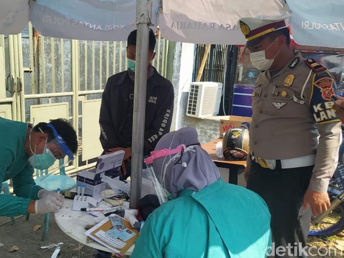 Pemudik yang balik ke Jakarta dites antigen di Cirebon