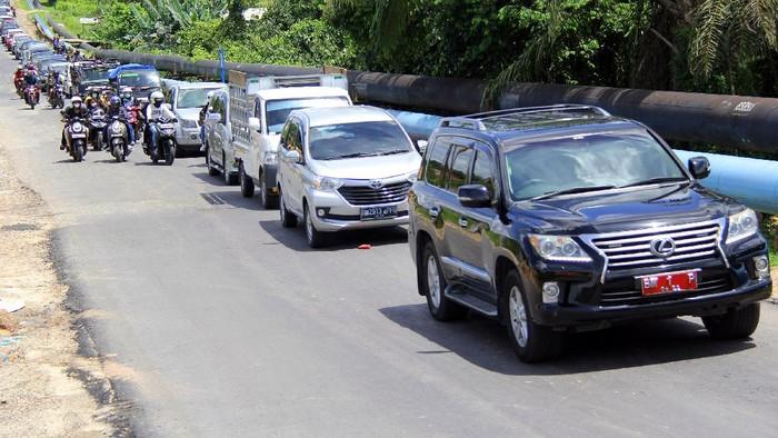 Sejumlah kendaraan mengantre saat melintas di pos penyekatan larangan mudik di Dumai, Riau, Sabtu (15/5/2021). ANTARA FOTO/Aswaddy Hamid/wsj.
