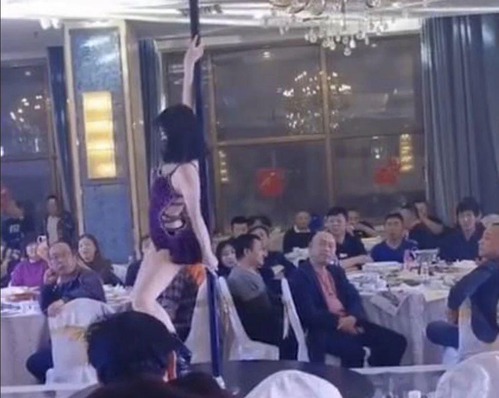 penari tiang di pernikahan