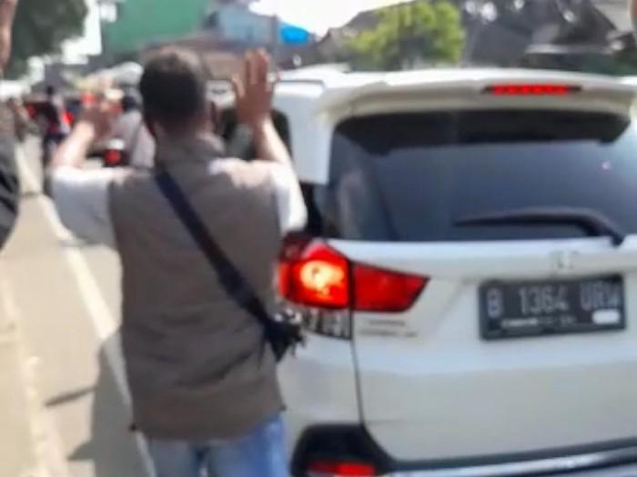 Pengendara mobil plat B memaki petugas saat diputar balik di Sukabumi