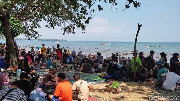 Hari ini kawasan Pantai Carita, Pandeglang, Banten, dipadati oleh pengunjung. Pengunjung tumpah ruah bermain di area pantai.