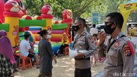 Membludak, Polisi Bubarkan Kerumunan Orang di Pantai Carita
