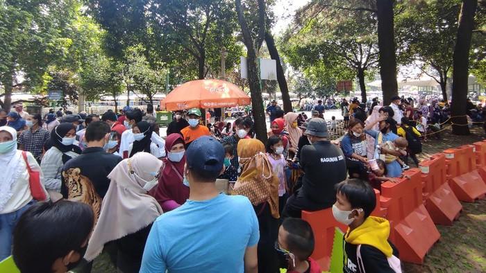 Pengunjung Taman Margasatwa Ragunan, Jakarta