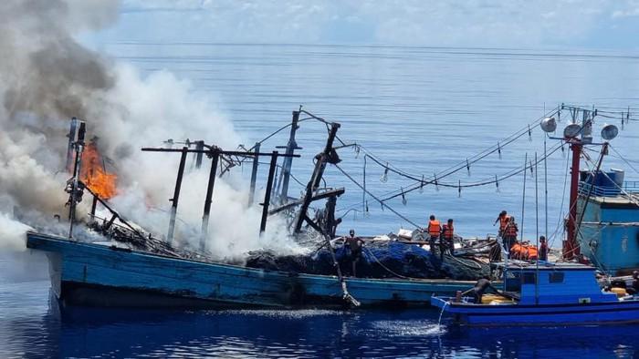 Penyelamatan Kapal Terbakar di Laut Natuna Utara