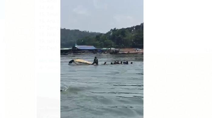 Perahu wisata di Waduk Kedungombo (WKO) Boyolali yang berisi sekitar 20 orang terbalik. Perahu disebut oleng diduga karena para penumpang foto selfie di ujung perahu.