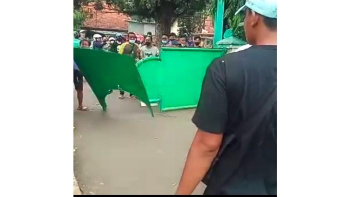 Perusakan Pagar TPU Utan Kayu Pulogadung, Pelaku Ditangkap. Foto dari tangkapan layar video yang dibagikan Kapolsek Pulogadung Kompol Beddy.