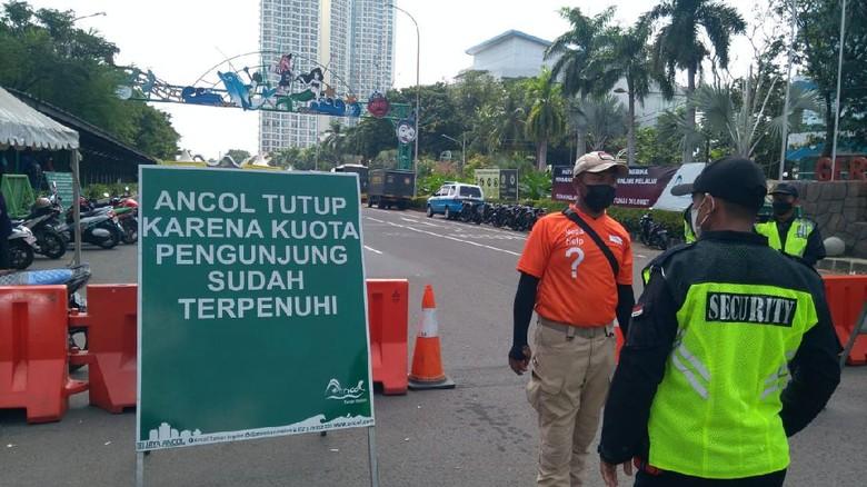 Petugas berjaga menutup Ancol hari ini
