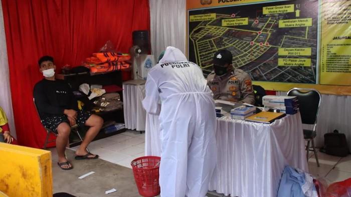 Polisi tes swab wisatawan di Dermaga Kali Adem, Jakarta Utara