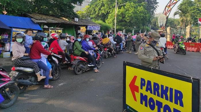 Ragunan kembali diramaikan pengunjung. Sempat terjadi anteran pemotor yang ingin masuk ke Ragunan, Sabtu (15/5/2021).
