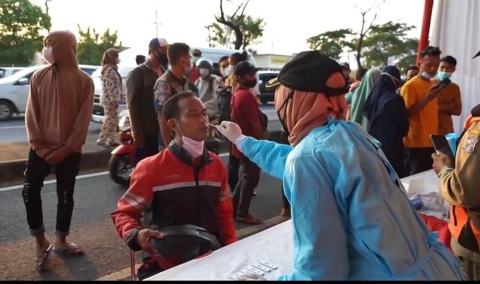 Ratusan pengendara motor dan mobil di Jembatan Suramadu dikagetkan tes antigen acak di Pos Penyekatan Larangan Mudik 2021. Mayoritas yang terkena tes acak adalah pengendara roda dua