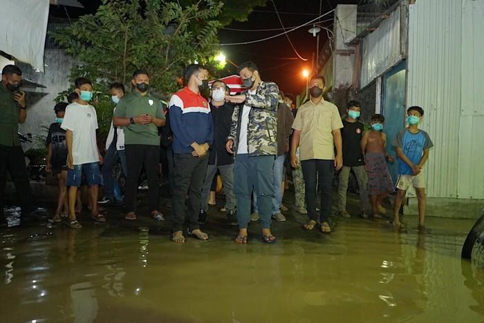 Sejumlah pemukiman di Kecamatan Medan Maimun, Kota Medan, sekitar pukul 02.00 WIB dini hari tadi mengalami banjir kiriman dari hulu atau gunung.