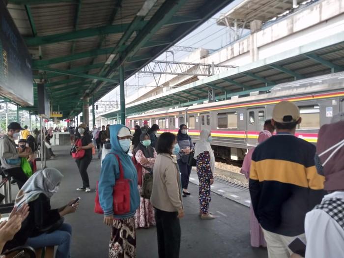 Suasana Stasiun Manggarai Siang Ini