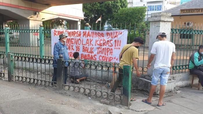 Warga pasang spanduk menolak yang pulang dari mudik masuk Sawah Besar tanpa tes swab. Foto dikirim Kapolsek Sawah Besar AKP Maulana Mukarom.
