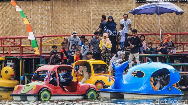 Sejumlah pengunjung terlihat mengabaikan protokol kesehatan seperti melepas masker saat bermain atau menunggu wahana perahu wisata.