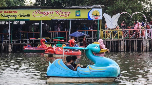 Warga menikmati suasana wisata air di Situ Cipondoh, Kota Tangerang, Banten, Sabtu (15/5/2021).
