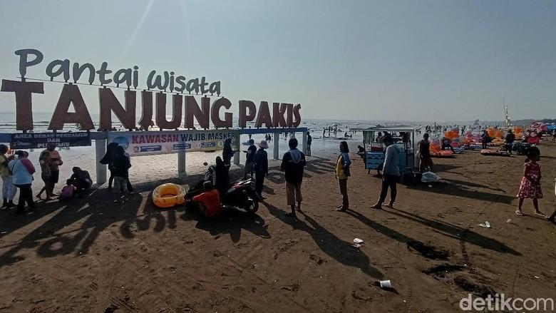 Berlokasi di Karawang Utara, wisata pantai Tanjungpakis jadi pilihan warga untuk menikmati liburan lebaran. Terlihat antusiasme pengunjung membludak di sepanjang bibir pantai.