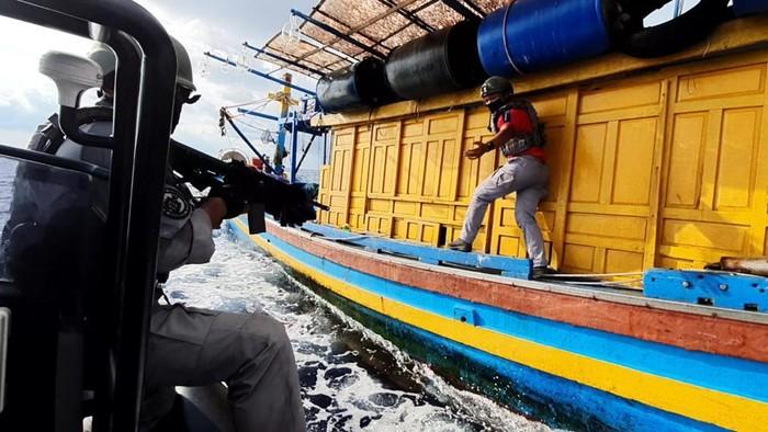 Aksi Petugas Bakamla Tangkap Kapal Ikan Vietnam di Perairan RI-Malaysia