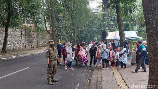 Antrean pengunjung Kebun Binatang Bandung menngular hingga jalan
