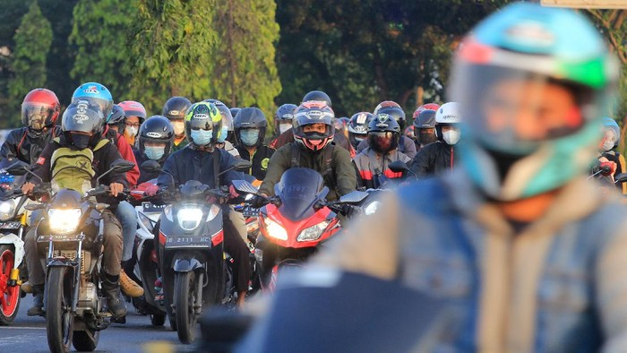 Sejumlah kendaraan memadati jalur Pantura Widasari, Indramayu, Jawa Barat, Minggu (16/5/2021). Memasuki H+3 Lebaran, Arus balik di jalur Pantura yang didominasi kendaraan roda dua terpantau ramai lancar. ANTARA FOTO/Dedhez Anggara/hp.