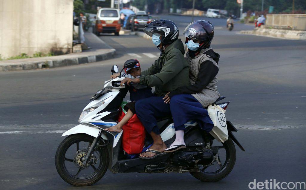 Sejumlah pemudik bermotor terlintas melintasi Jalan Kalimalang Raya, Cibitung, Kabupaten Bekasi, Minggu (16/5). Banyak yang membawa anak namun tidak dilengkapi helm.