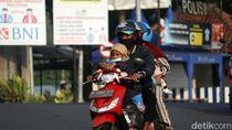 Bahaya! Aksi Pemudik Boceng Anak Tanpa Helm