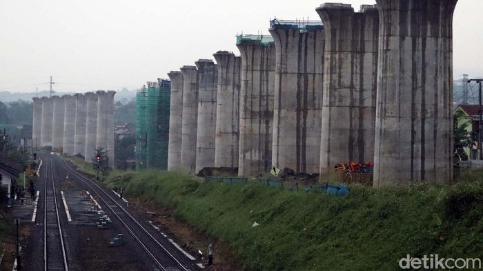 Begini proses pembangunan Kereta Cepat Jakarta Bandung (KCJB) di Kabupaten Bandung Barat. Di kawasan Ngamprah, tiang-tiang penyangga untuk kereta cepat ini berdiri.