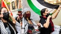 Pakai Keffiyeh, Ini Penampilan Bella Hadid Saat Ikut Demo Bela Palestina