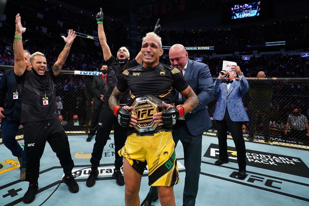 Charles Oliveira memenangkan sabuk juara kelas ringan UFC usai mengalahkan Michael Chandler dalam dua ronde di UFC 262, Minggu 16 Mei 2021.