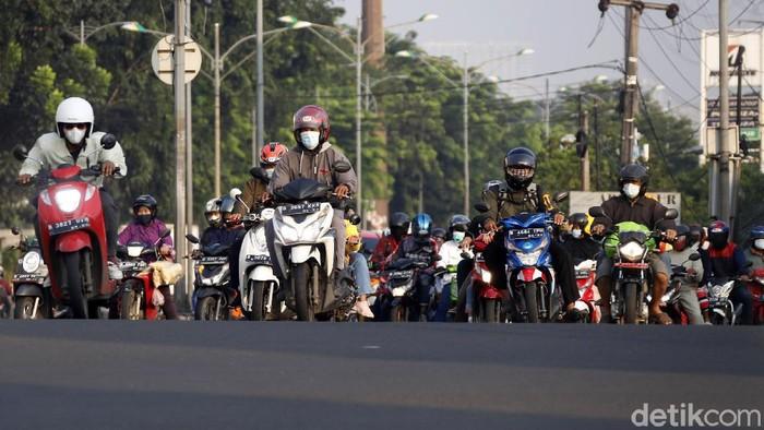 Arus balik pemudik motor mulai terlihat di Jalan Kalimalang Raya, Cibitung, Kabupaten Bekasi, Minggu (16/05/2021). Seperti diketahui hari ini adalah hari terakhir libur Lebaran.