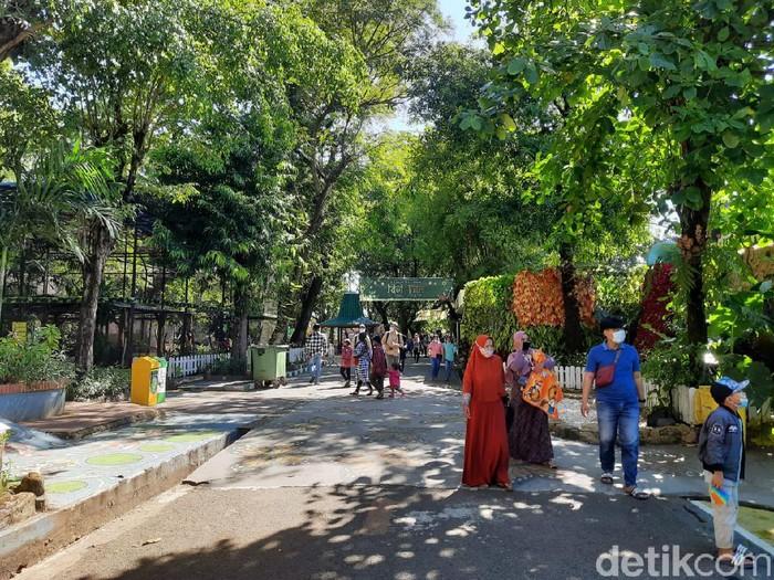 Puncak kunjungan ke Kebun Binatang Surabaya (KBS) di masa libur Lebaran 2021 diprediksi akan terjadi hari ini. Pengunjung diprediksi akan mencapai 5 ribu orang.