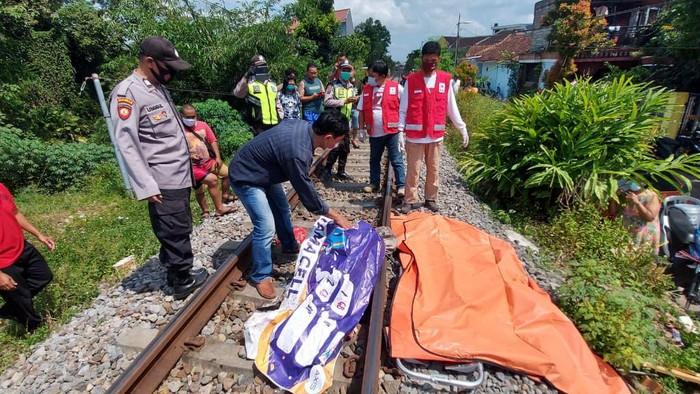 Seorang wanita tewas tertabrak KA Penataran. Saksi mata melihat, korban tampak jongkok di atas rel, ketika melihat KA tujuan Surabaya itu melintas.